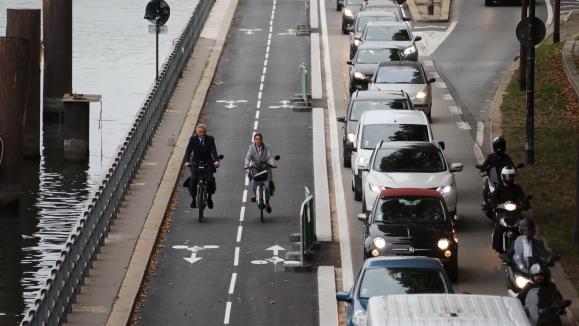 Voie cycliste et voie unique pour les autres