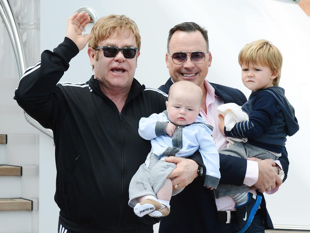 Elton-Johnet-et-David-Furnish-posent-avec-leurs-deux-enfantsZachary-et-Elijah-Joseph-Daniel-