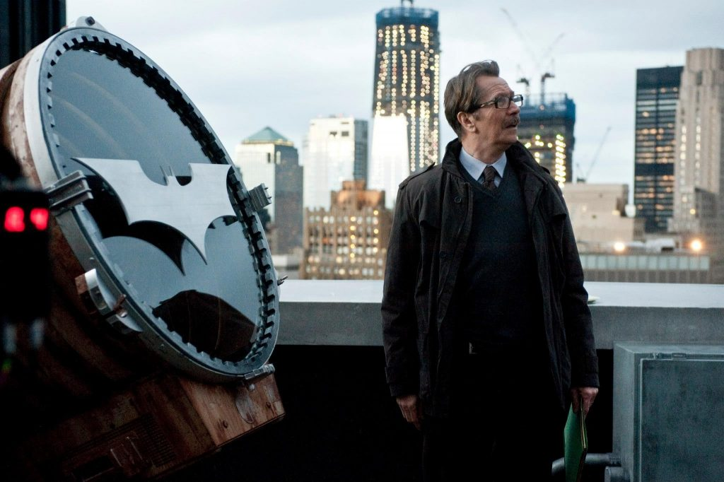 batman gary oldman batman the dark knight rises commissioner gordon bat signal 2048x1363 wallpape_www.animalhi.com_50