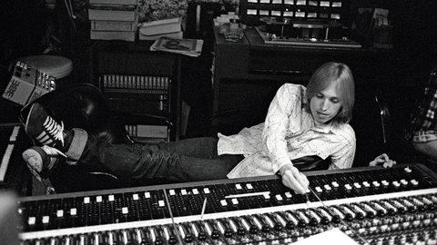 """Après le choc du décès de Tom Petty, j'avais écrit dans mon hommage rendu au chanteur guitariste légendaire de Gainesvile, Florida que j'étais frustré de ne jamais l'avoir interviewé ( voir sur Gonzomusic https://gonzomusic.fr/tom-petty-ne-volera-plus-jamais.html ), mon collègue et ami Youri Lenquette m'a judicieusement rappelé que lui, contrairement à moi, avait tendu son micro au leader des Heartbreakers en aout 1985, pour la sortie du vibrant «Southern Accents» dans le numéro 205 de BEST: «Pourquoi ne pas republier mon interview sur Gonzo?»…promesse exaucée, dear Youri . Thanx! Voici donc cet entretien exclusif…   Sorti à la fin mars 1985, «Southern Accents» est le sixième LP de Tom Petty and the Heartbreakers. Enregistré en partie à la maison, chez Tom Petty, l'album porté par l'irrésistible «Don't Come Around Here No More» a été produit avec la complicité de l'Eurythmics Dave Stewart, de l'ex the Band Robbie Robertson et de Jimmy Iovine. On découvrira avec l'ITW de Youri Lenquette que Petty s'est lui-même fracassé la main contre le mur du studio, un jour de totale frustration, on apprendra quelle était la genèse de la vibrante «Don't Come Around Here No More», on verra Petty l'enfant de Gainesville assumer la filiation sudiste qui lui a inspiré le titre de l'album, comme son amour pour la country music. Enfin et surtout, ce qui transparait entre les lignes de ses propos, c'est combien Tom Petty savait être un chic type, chaleureux et généreux, attentif aux autres, un artiste rare dont la soudaine disparition rend les choses encore plus douloureuses pour les aficionados tels que nous de son rock américain au sens le plus légendaire du terme. So long Thomas Earl Petty, tu nous manques déjà!  Publié dans le numéro 205 de BEST sous le titre:   TOM PETTY: UN REBELLE CAUSE """"Interview de Tom Petty qui mêle les accentsdu Vieux Sud aux sonorités les plus modernes."""" Christian LEBRUN  En 1864, le général William Shermanreprenant une tactique chère a Attila, rasaittout sur"""