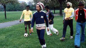 """Située sur Oakley street, près de King's Road, cette maison sur rue n'a pas vraiment été privée de vibrations positives lorsque Marley y vivait avec son groupe les Wailers en 1977. Lorsqu'ils n'étaient pas en train d'enregistrer, ils faisaient le court trajet jusqu'à l'Albert Bridge pour disputer des matchs de football à Battersea Park. C'est durant leur séjour à Oakley Street que Marley et les Wailers ont fini d'enregistrer « Exodus », l'album qui contenait les deux singles « Jamming » et « One Love ». L'historien David Olusoga, administrateur de la fondation English Heritage et éminent membre du jury qui décerne les « plaques bleues », s'est dit particulièrement enthousiasmé par la plaque attribuée à Bob Marley. Marley, a-t-il souligné, est resté """"l'un des musiciens les plus aimés et les plus écoutés du XXe siècle. Il aura été l'une des premières superstars issues d'un pays en voie développement. C'est l'un des visages les plus célèbres du monde, l'un des visages les plus reconnaissables au monde, et il a ouvert la voie à tant et tant d'autres artistes des pays émergents."""" Marley racontait qu'il considérait Londres comme sa deuxième maison et que son séjour dans la capitale britannique lui avait apporté la stabilité nécessaire après les horribles événements de 1976, lorsque des hommes armés ont fait irruption dans sa maison de Kingston et ont tiré sur son épouse Rita, son manager Don Taylor et sur lui-même. Une douzaine de plaques bleues sont distribuées chaque année par la Fondation English Heritage, qui met cette année l'accent sur la diversité en honorant Bob Marley, mais aussi des femmes comme la romancière féministe Angela Carter, l'archéologue Gertrude Bell, Lilian Lindsay, la première femme dentiste du pays ou la correspondante de guerre Martha Gellhorn. L'architecte du fameux Tower Bridge Sir John Wolfe Barry sera aussi distingué par une « blue plaque »."""